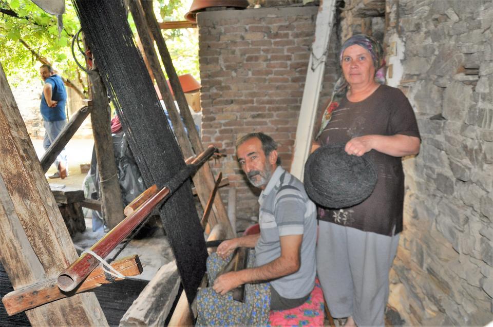 Dursun Öztaban weaving an Anatolian Turkmen blackc tent from goat hair, Olukbaşı village, BOzdoğan, Aydın, Western Turkey, 2015