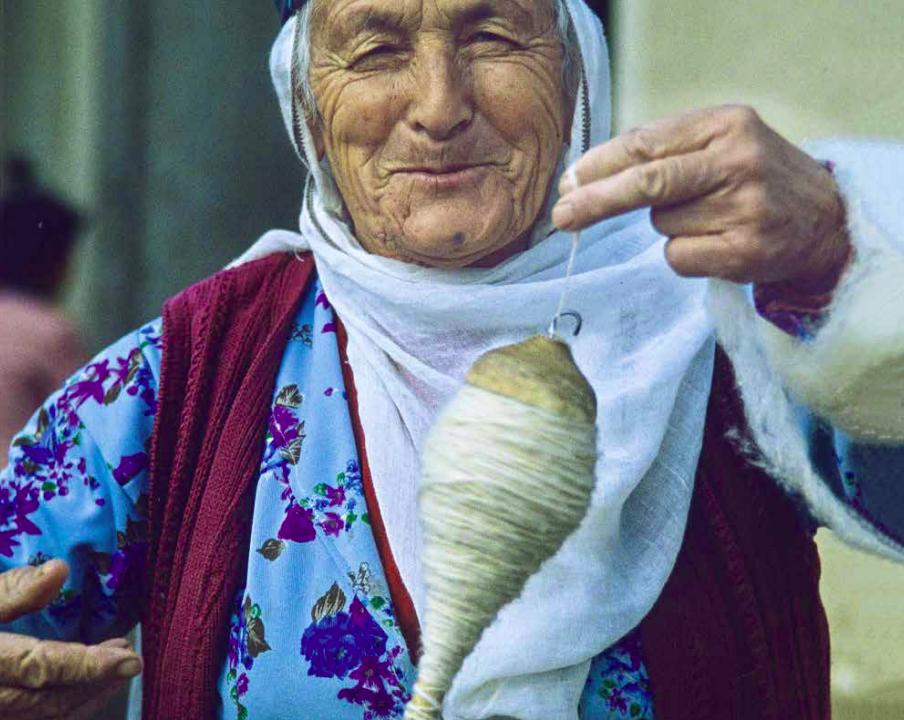Sinanlı Kurdish tribeswoman spinning wool, 1980s Malatya, Eastern Turkey, photo courtesy Josephine Powell. Suna Kıraç Foundation